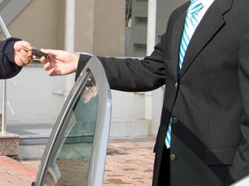 比代客泊車幫你泊,撞花咗架車甚至撞到人點算?到人邊個負責?